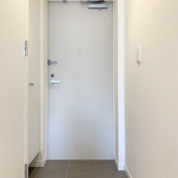 さて、室内の最後は玄関を。(※写真は8階の反転間取り別部屋のものです)