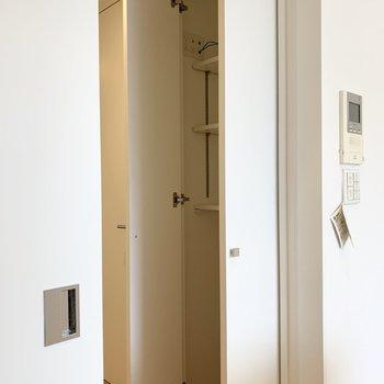 廊下に出てすぐ収納が。ネット配線が内部に設置されていて、ルーターが隠せる仕様なのが嬉しい◎(※写真は8階の反転間取り別部屋のものです)