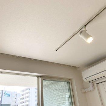 【洋5.5】こちらの天井にもライティングレールとスポットライト。カーテンレールも同じく埋込式です◎(※写真は8階の反転間取り別部屋のものです)