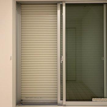 こちらの窓には防犯シャッター付き。