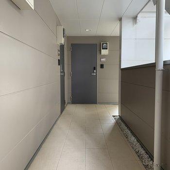 【共用部】廊下はタイル張りで高級感。