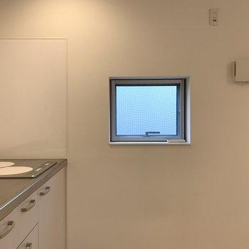 キッチン横には小窓が。
