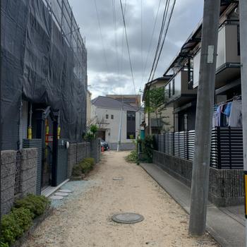 お部屋までの道は、細い路地を通って…
