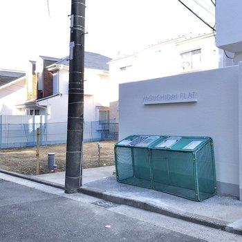 ゴミステーションは道路沿いにありました。
