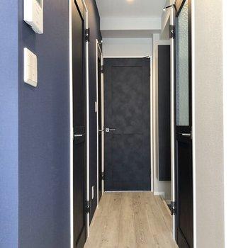 廊下もブルーが基調。突き当りに洋室があります。