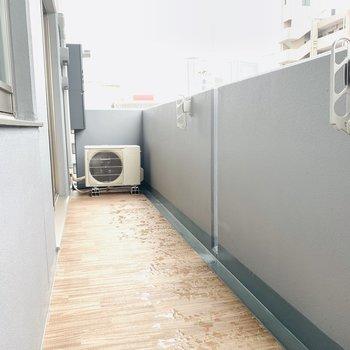 広いバルコニー(※写真は6階の同間取り別部屋のものです)