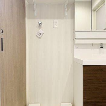 洗濯機置場上の棚も便利(※写真は6階の同間取り別部屋のものです)