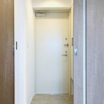 玄関も十分なスペース(※写真は6階の同間取り別部屋のものです)