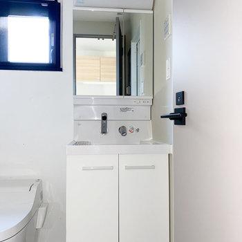清潔感がある白の独立洗面台※写真は通電前・一部フラッシュ撮影をしています