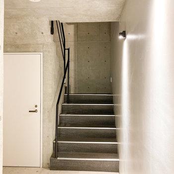 4階まで階段で上がります