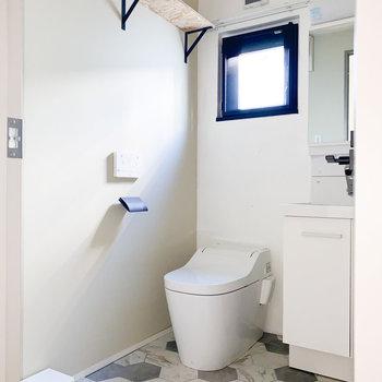 トイレと脱衣所は同室です※写真は通電前・一部フラッシュ撮影をしています