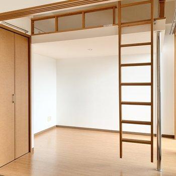 洋室は引き戸で仕切るタイプ。