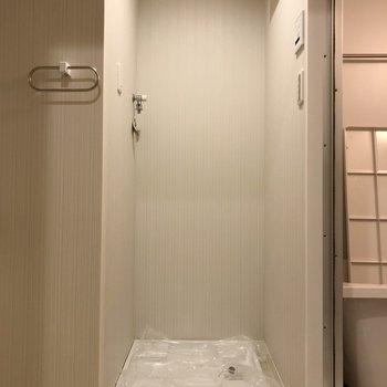 脱衣所に洗濯機置き場があります。(※写真は2階の反転間取り別部屋のものです)