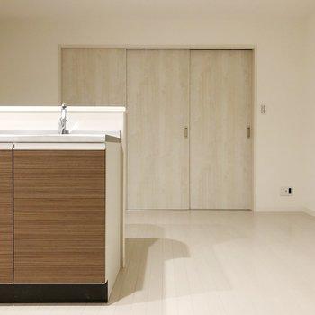 ブラウンのシステムキッチンがいいアクセントになっていますね。(※写真は2階の反転間取り別部屋のものです)