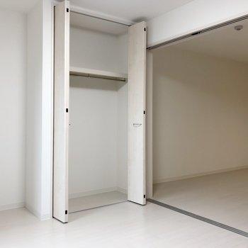 戸を開けると開放感が出ますよ。クローゼットにはハンガーが掛けられて便利!(※写真は2階の反転間取り別部屋のものです)
