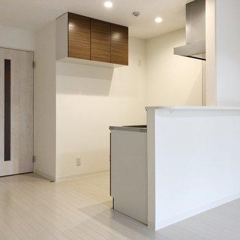 対面キッチンにはホワイトレザーのチェアを置くのもいいなあ。(※写真は2階の反転間取り別部屋のものです)