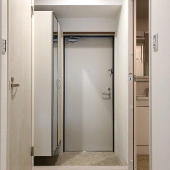 廊下に出ると右に脱衣所、左にトイレが見えます。(※写真は2階の反転間取り別部屋のものです)