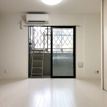 洋室はゆったり。寝室にするのがいいかも。(※写真は2階の反転間取り別部屋のものです))