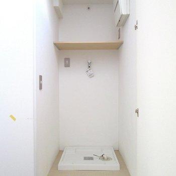 脱衣所隣の扉は棚付きの洗濯機置場。しっかり隠せますね◯※写真は前回募集時のものです
