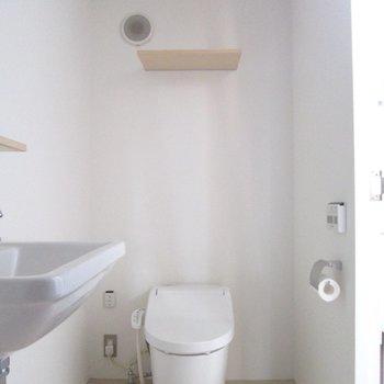 お隣に温水洗浄機能付のトイレ。※写真は前回募集時のものです