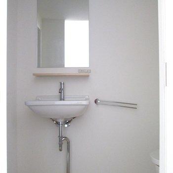 脱衣所です。洗面台もあります。※写真は前回募集時のものです