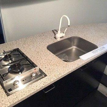 キッチンはガス2口。(※写真は4階の同間取り別部屋のものです)