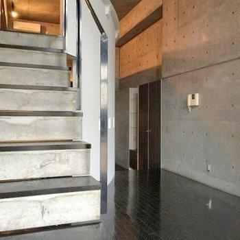 階段をのぼってみましょう。(※写真は4階の同間取り別部屋のものです)
