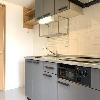 キッチンは床の色と合わせてグレー仕様
