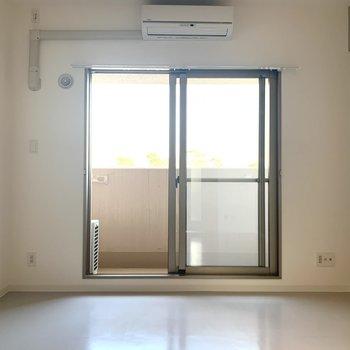 窓から光が差し込んできます