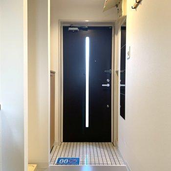 玄関は白タイル張り!