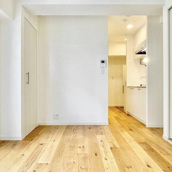 お部屋右手側の空間は少しぼこっと。