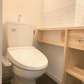 イメージ】洗面台と兼用なのでトイレの横にはちょっとした棚がついてます※タイルはありません