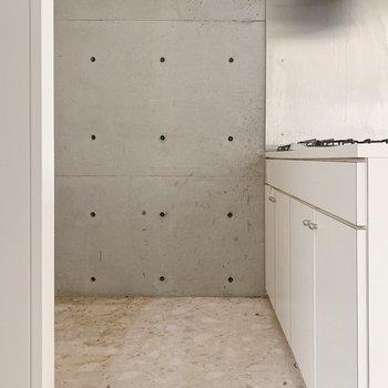 ここもしっかりコンクリ。後ろに冷蔵庫や食器棚を!(※写真はクリーニング前のものです)