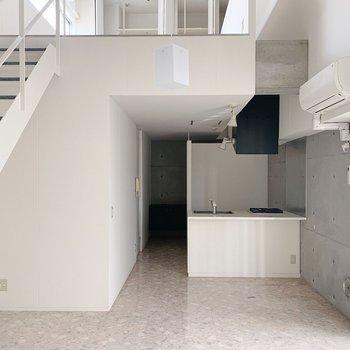 コンクリと白壁、床がピカピカな感じも海外っぽい。