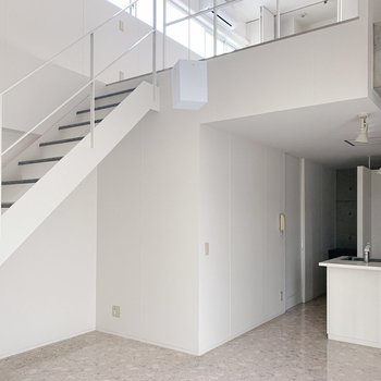 階段下にコンセントもあってスペース活用できそうです。