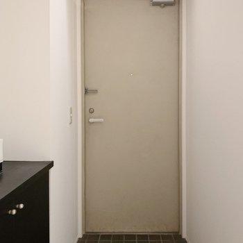 玄関はスタンダート。1〜2足なら出しておけそうです。