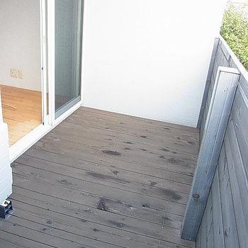 このデッキが気持ちよさそう。※写真は2階の反転間取り別部屋のものです