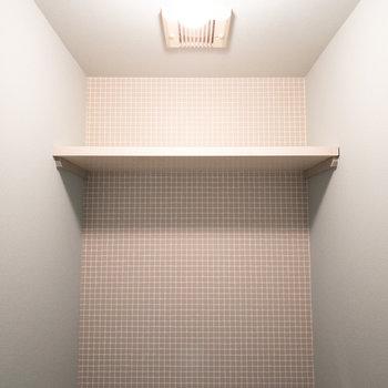 トイレの上には棚も設置されています!