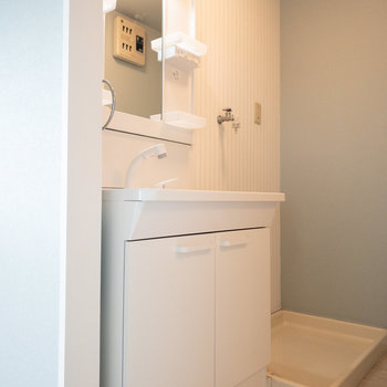 脱衣所に洗濯機も置けるようになっています。