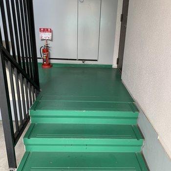 この階段をのぼっていきます!