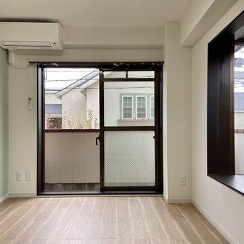 【洋室2】ミントグリーンのクロスが爽やかなお部屋。こちらも二面採光です。