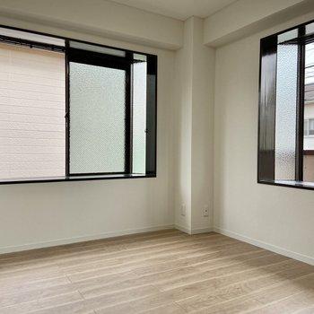 【洋室1】こちらは出窓の二面採光になっています。