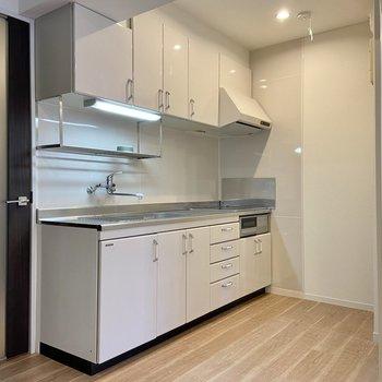 【LDK】キッチンスペースも余裕があるのでワゴンやラックなどを置いてもよさそうです。