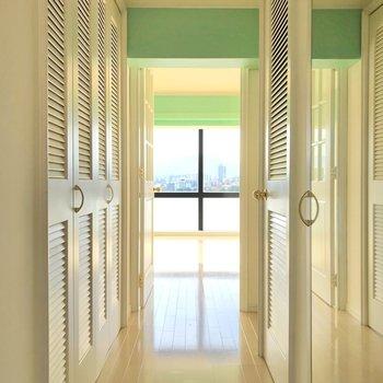 玄関から明るいんです。(※写真は7階の同間取り別部屋のものです)