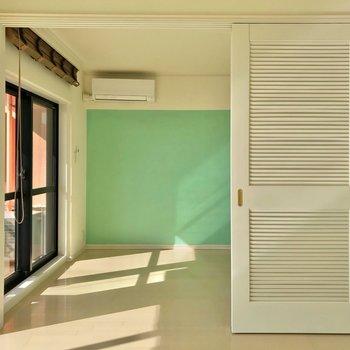 向こう側は寝室に。扉のデザインも素敵♥(※写真は7階の同間取り別部屋のものです)