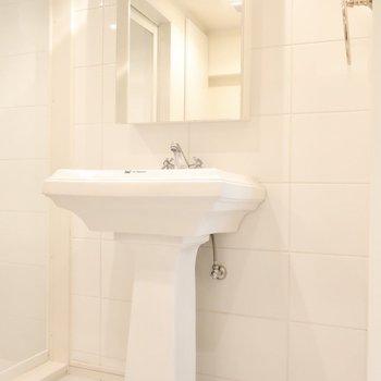 洗面のデザインもクラシカルで素敵なのです。(※写真は7階の反転間取り別部屋のものです)