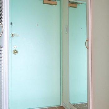 玄関には鏡付きのシューズボックスも。(※写真は7階の反転間取り別部屋のものです)