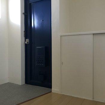 広い玄関は白とブルーで爽やかに◎