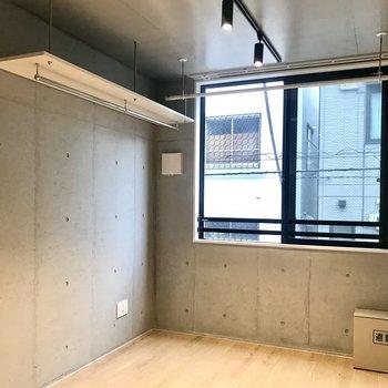 壁や天井がコンクリートなので落ち着いたクールな空間になっています。