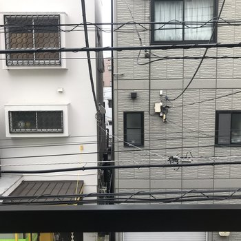 窓からは隣の建物が見えました。